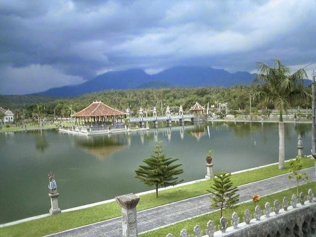 Taman Ujung Karangasem adalah Tempat Romantis di Bali