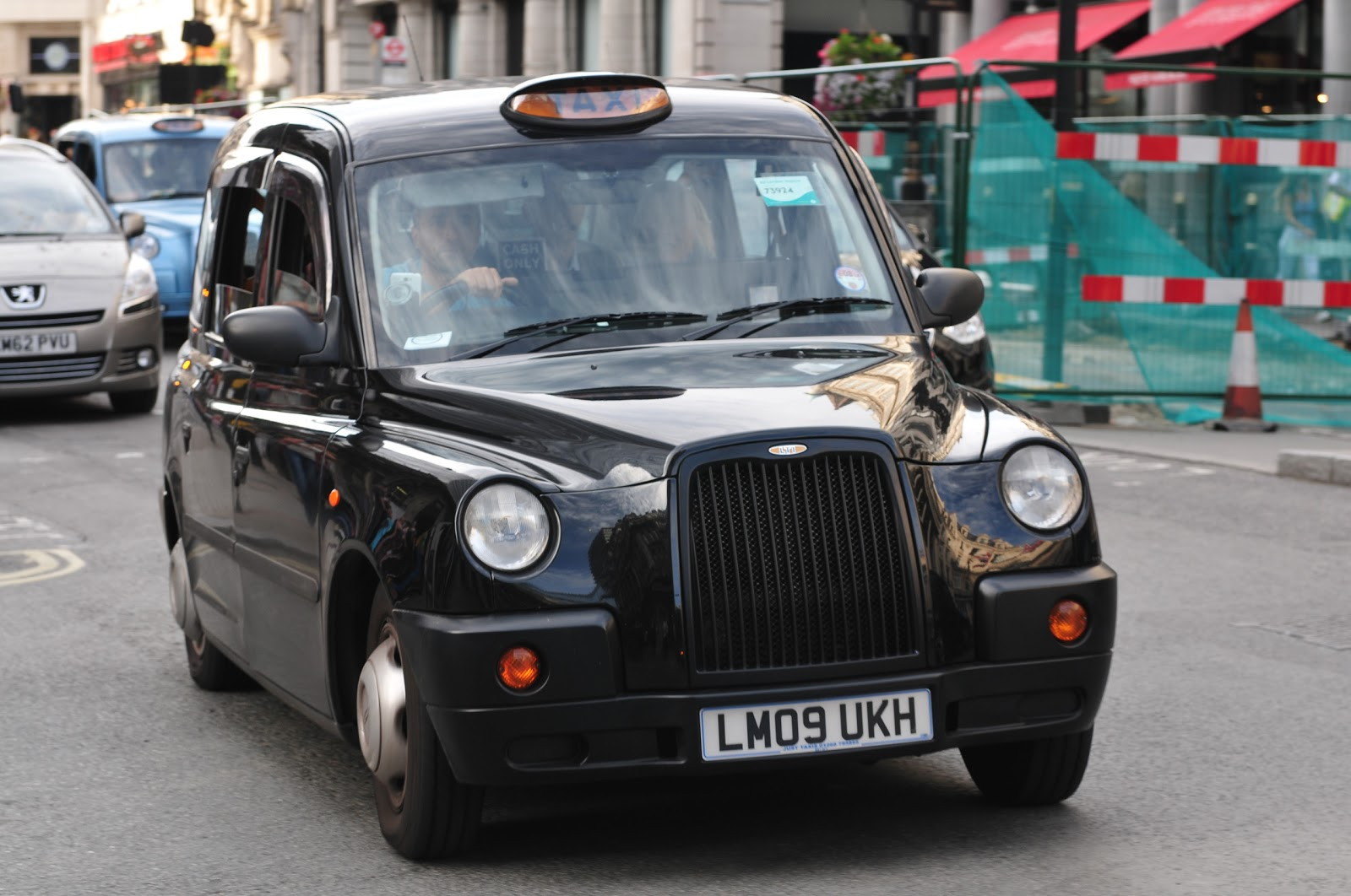 ロンドン市街のブラックキャブの右前方の車体