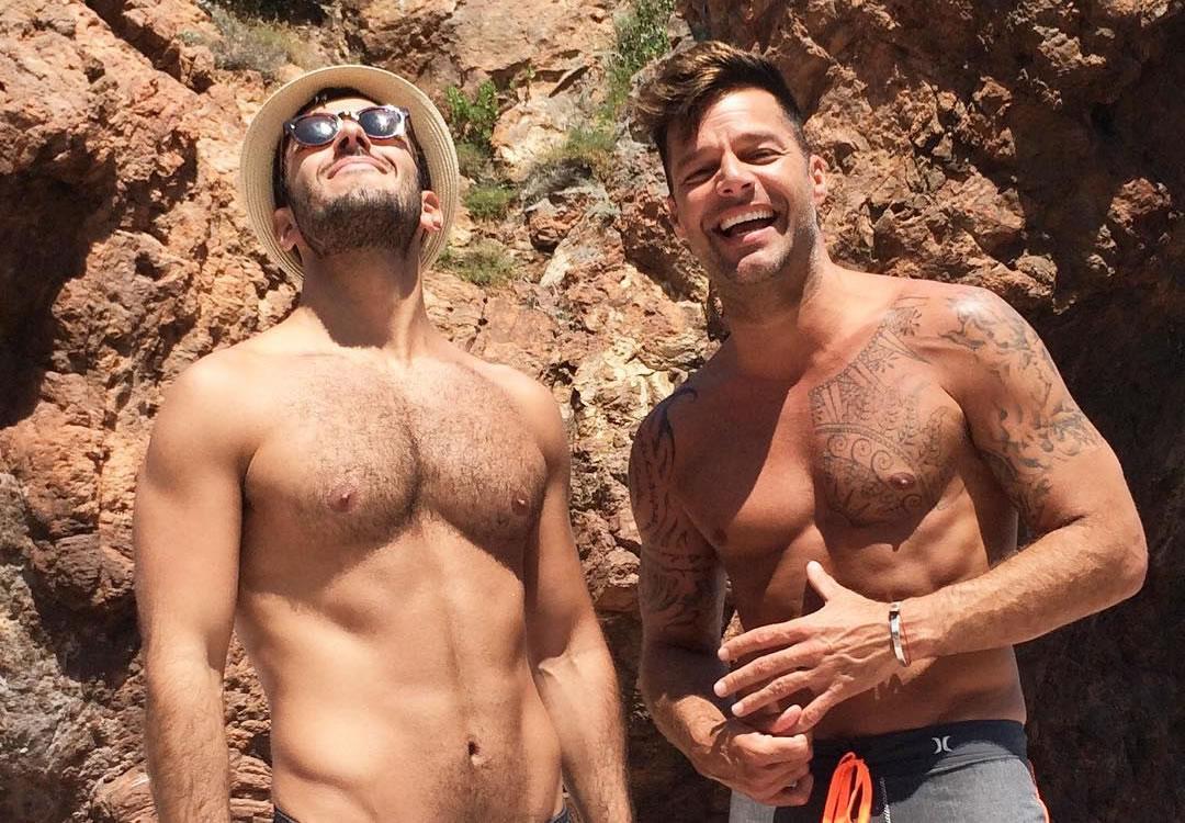 Ricky Martin e namorado posam sem camisa em praia paradisíaca na França