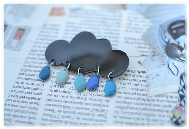 Broche nuage noir et gouttes bleues