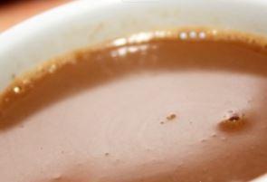 Imagem do chocolate quente caseiro pronto para consumo.