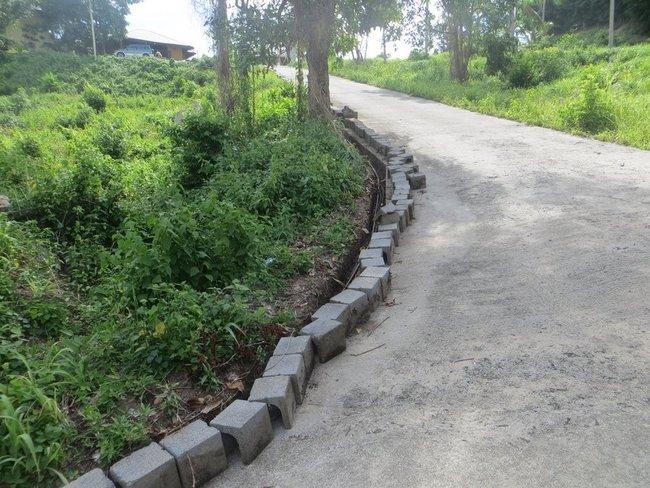 слив воды возле дороги