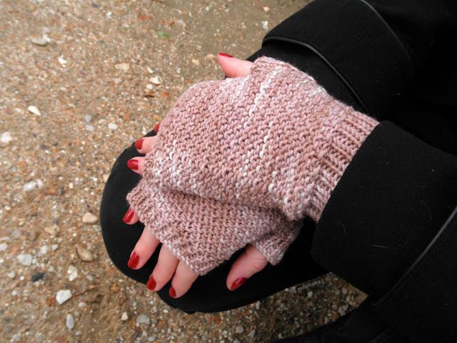mitaines en tricot et laine teinture naturelle