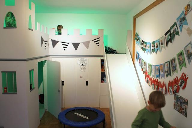 Bett Hochbett Ritter IKEA Hack Hoehlen bauen Kuschelecke Spielideen im Winter Jules kleines Freudenhaus