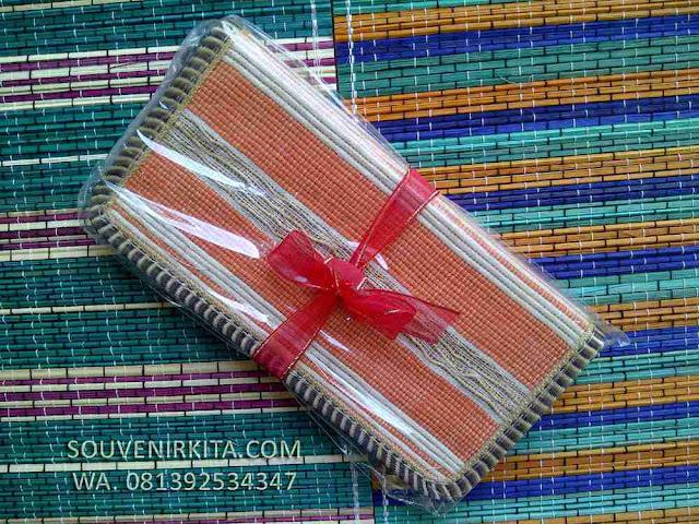 souvenir dompet akar wangi