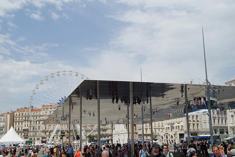 Horizontalerr Spiegel/ Spiegeldach am alten Hafen Marseille // Mirror roof at the Old Harbour, Marseille