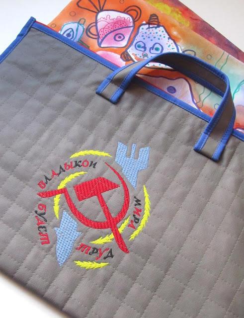 В этом году по рисованию у Фёдора работы формата А3, в рюкзак такие...