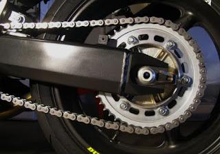 merawat rantai motor dengan mengatur tingkat kerenggangan