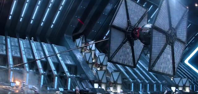 Finn scapă de pe o navă de comandă cu ajutorul unui Tie-Fighter