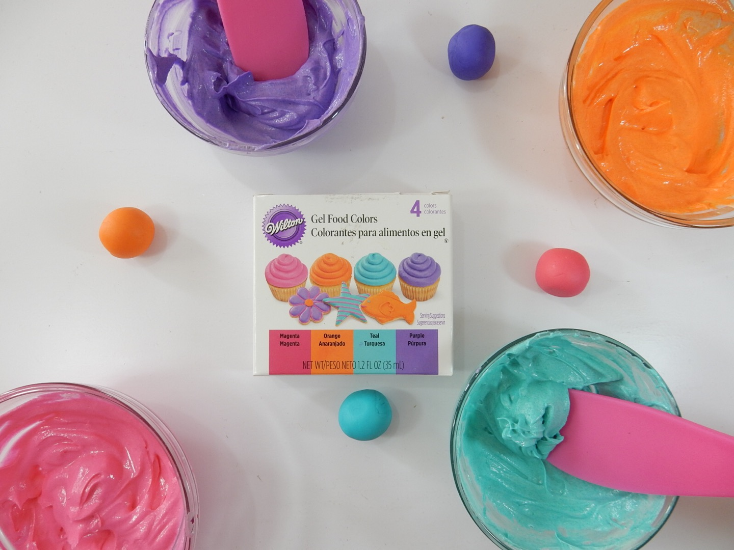 Wilton´s Neon Gel Food Colors Test in Fondant and Buttercream