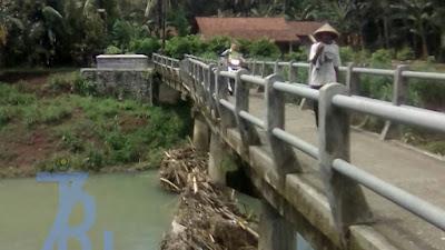Lagi lagi kondisi jembatan memprihatinkan, dan membahayakan warga setempat