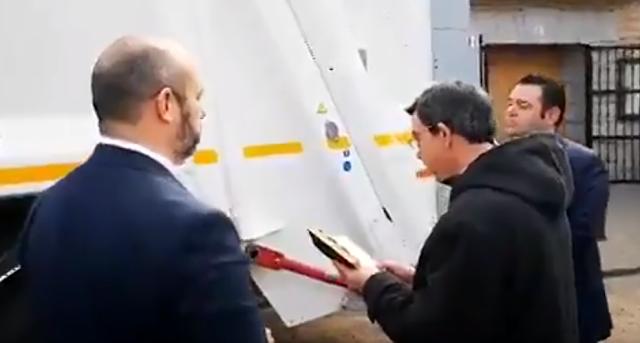 El vicepresidente de la Comunidad de Madrid asiste a la bendición católica de un camión de la basura