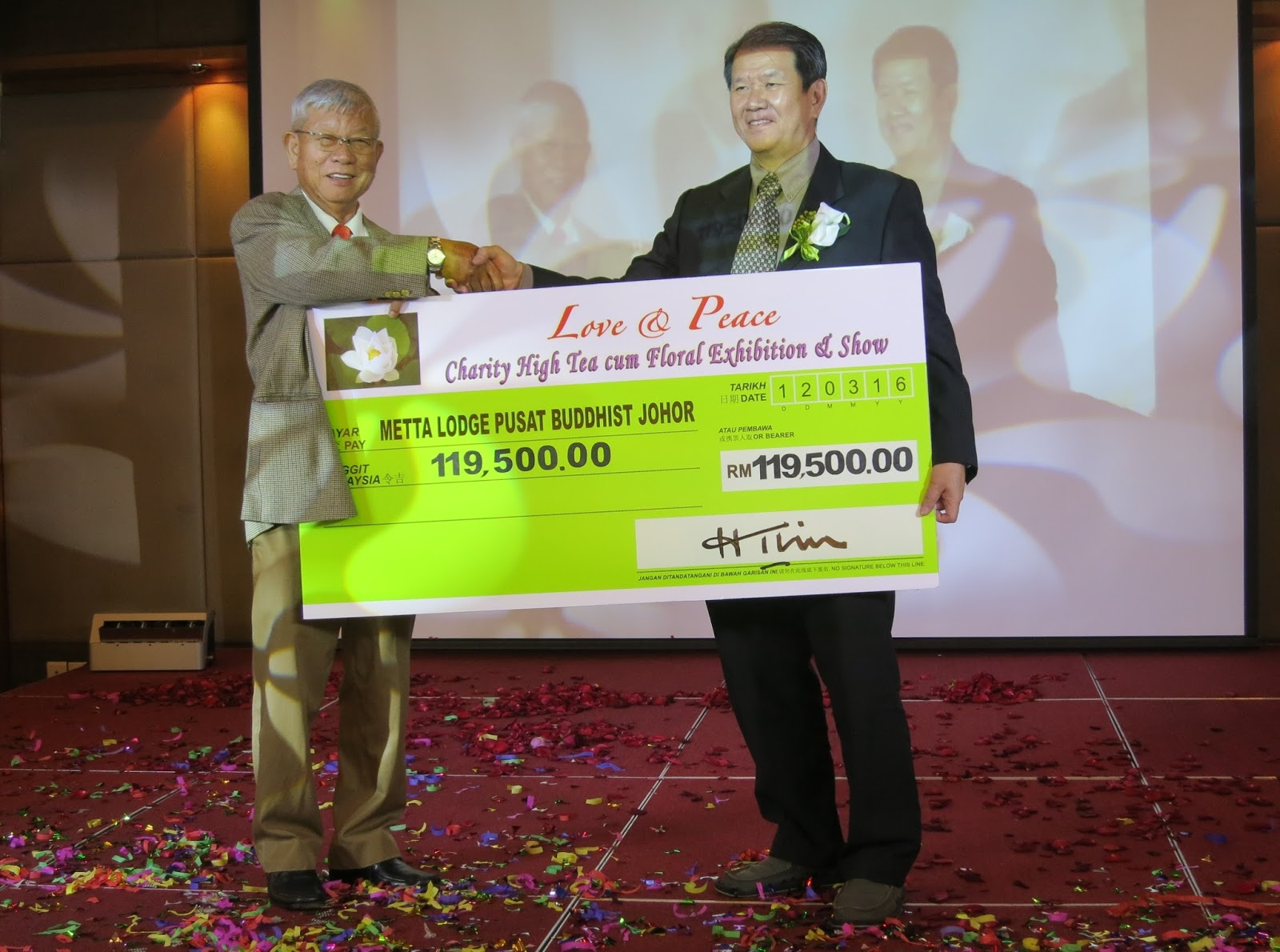und-raising chairman, Lim Hock Teck [Left] presenting a donation cheque to Metta Lodge Meditation Centre JB chairman, Heng Chai Teet
