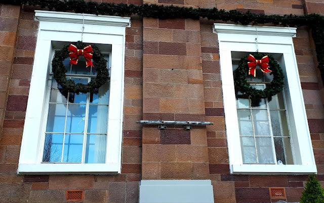 Joulukranssi, ikkunat, havukoriste