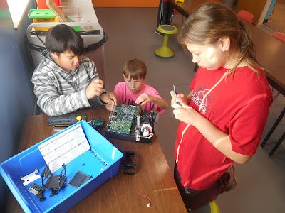 Students playing with Makerspace