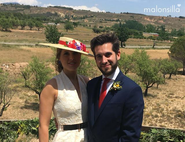 Invitada a boda con pamela posando con un chico en un campo de Rubielos de Mora, Teruel, con pamela by Malonsilla