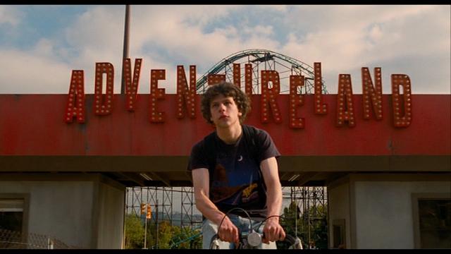 Jesse Eisenberg entrando en el parque de verano Adventureland