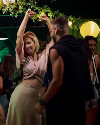 Lígia (Paloma Duarte) se diverte na pista de dança com Madureira (Henri Castelli), em 'Malhação - Toda Forma de Amar' — Foto: Globo
