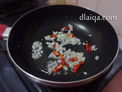 tambahkan bawang bombay, bawang putih dan cabe merah