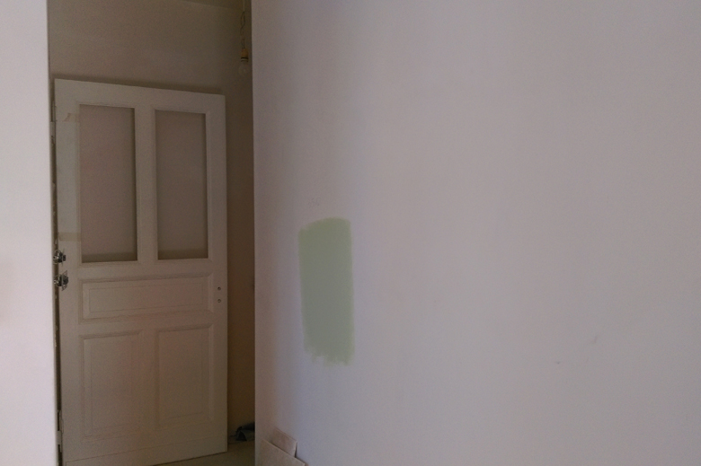 odpowiedni kolor farby - próbka na ścianie