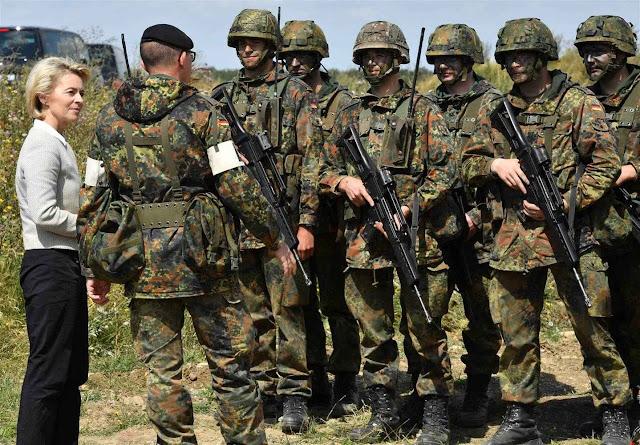 A ministra de Defesa Ursula von der Leyen conversa com soldados na base de Ohrdruf, Alemanha.