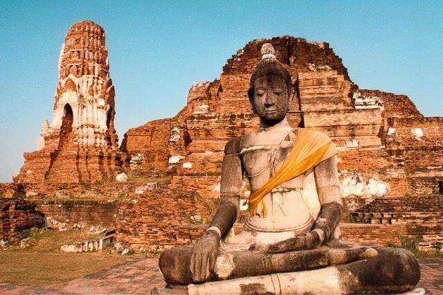 Ấn Độ và Thái Lan có nhiều mối liên hệ về văn hóa, giao thương, tôn giáo được ghi nhận từ thế kỷ thứ 3 Trước Công nguyên, những ảnh hưởng rõ nét nhất là sự hưng thịnh của tín ngưỡng thờ Phật trải dài qua hàng thế kỷ cho đến tận ngày nay.