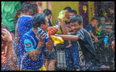 Air Warna-warni di Tradisi Gabyuran Kampung Bustaman Semarang