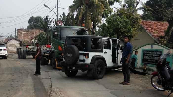 Rubicon Vs Truk Kontainer Tabrakan di Depan SD Negeri Citeras
