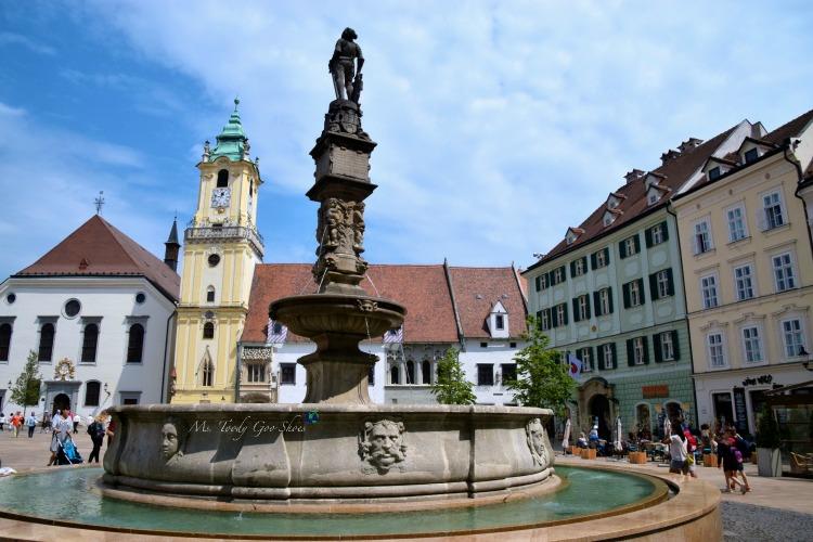 Roland Fountain in Bratislava's Old Town | Ms. Toody Goo Shoes #bratislava #slovakia #danuberivercruise