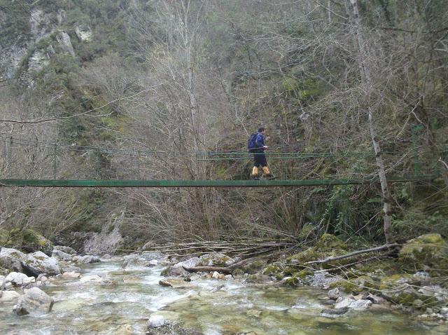 Puento que no se debe cruzar sobre el río