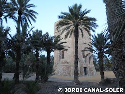 Torre de Vaíllo entre palmeras