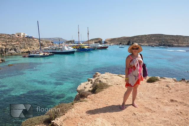 Comino na Malcie - statki dopływają do błękitnej laguny
