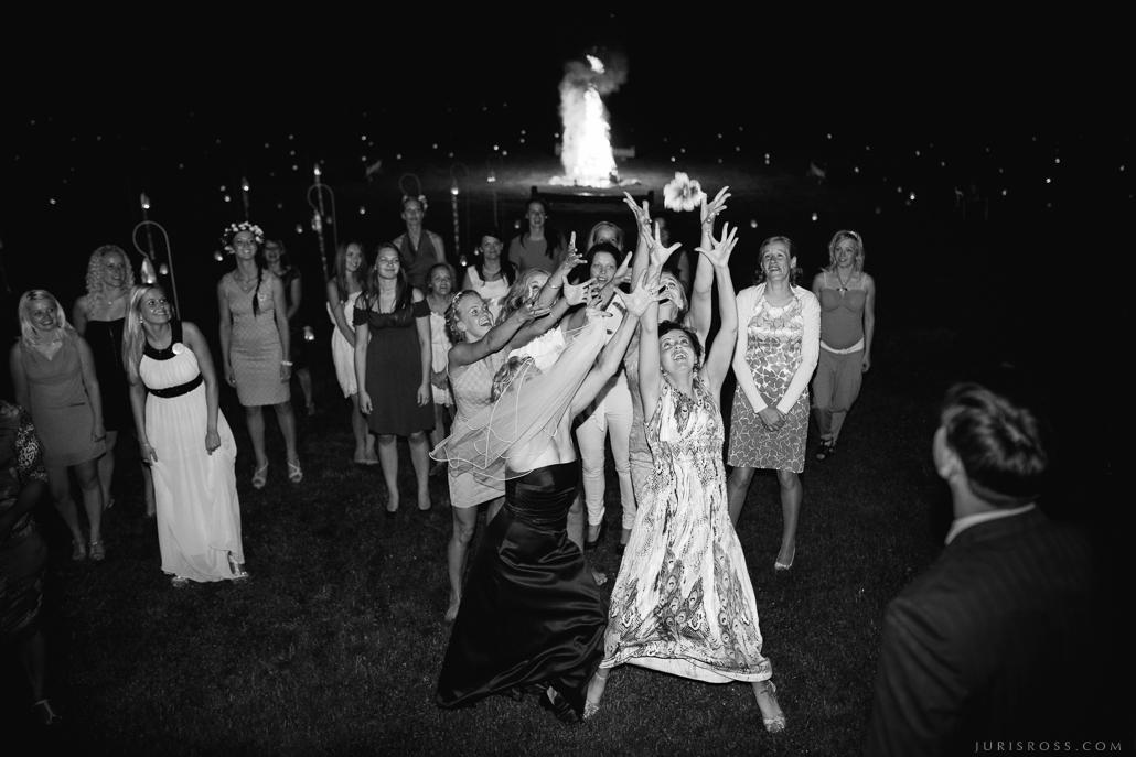 kāzu pušķa mešana un ķeršana