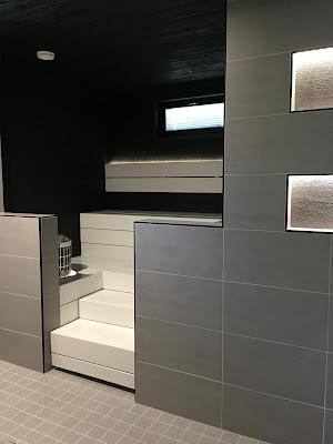 mustavalkoinen sauna, Siparila saunapaneeli, musta saunapaneeli, leveä saunapaneeli, valkoiset lauteet, Siparila, sauna valaistus,