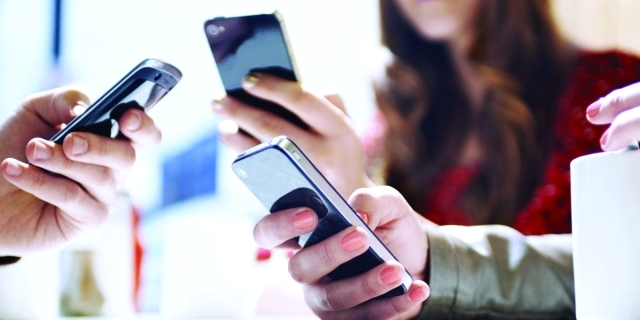 خطورة إدمان الآباء والأمهات لمواقع التواصل الاجتماعي على صحة الأطفال