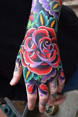 tato bunga mawar merah