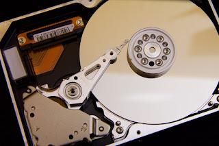 disk adalah piringan bundar yang terbuat dari bahan tertentu (logam atau plastik) dengan permukaan dilapisi bahan yang dapat di magnetisasi.