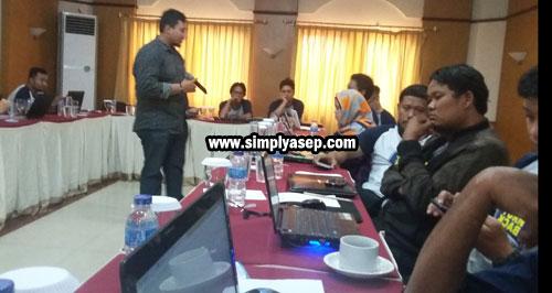 PEMBICARA : Saat salah satu pembicara menyampaikan materinya kepada para peserta. Photo Asep Haryono
