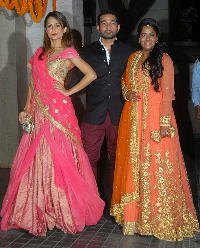 Amrita Arora with Arpita Khan Sharma at Soha Ali Khan's weddign reception