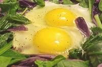 Uova e verdure a foglia verde per occhi sani