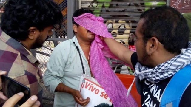Reprimen con gas lacrimógeno a padres de 43 normalistas mexicanos