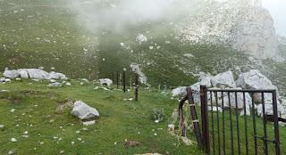 Esta valla separa Asturias de Cantabria en los Picos de Europa.
