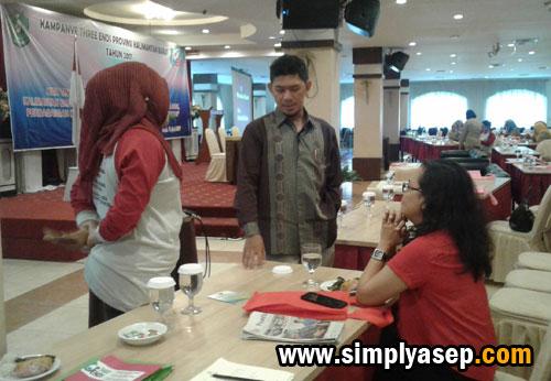 DISKUSI :  Ketua Pokja Data dan Informasi Komisi Perlindungan Anak Indonesia Daerah (KPAID) Kalbar, Alik R Rosyad sedang berdiskusi di sesi rehat. Photo Asep Haryono