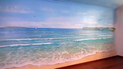 Malowanie moża na scianie w pokoju dziecięcym, pejzaż morski, obraz namalowany na ścianie.