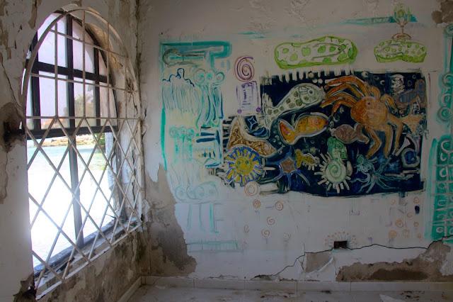 Grafites na parede da casa abandonada de Pablo Escobar.