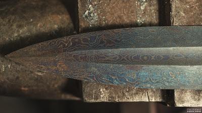 détail pointe d'épée en acier damassé