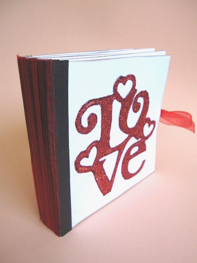 resultado final del tutorial LOVE mini-álbum scrapbook, vista diagonal de pie