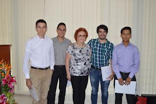 Foto: Estudiantes que recibieron Reconocimientos por participar en el Premio Claudio Fernández Riva, la Sra. Beatriz Royo de Fernández y el Ganador del Premio Claudio Fernández,  Ronald Fernando Rangel Bravo.