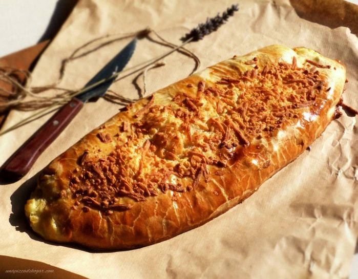 pastel relleno de hojaldre, bechamel, queso, jamón, bacón