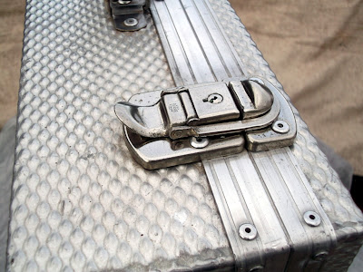 Image of a catch on an aluminium flight case